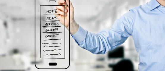 Homem desenhando um celular para exemplificar a construção de canais próprios no marketing político