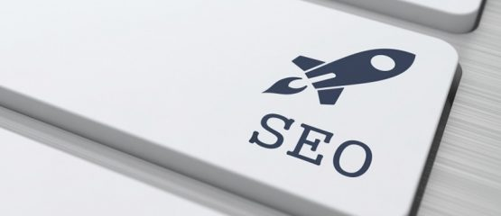 Imagem de uma tecla estampada om um foguete para representar a importância das técnicas de SEO para o marketing político