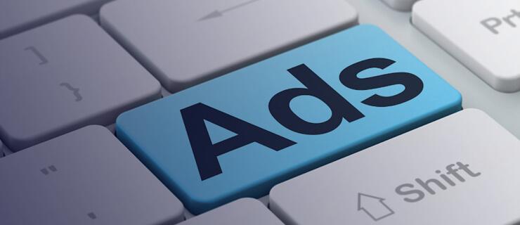 imagem de um teclado com a palavra ads representando os anúncios on-line na comunicação política