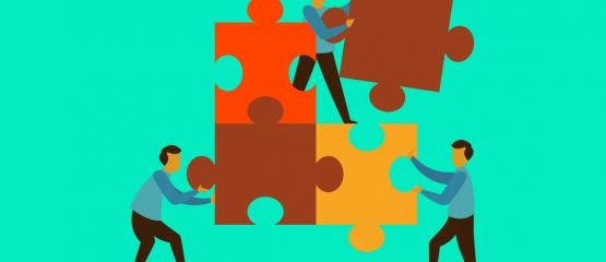 imagem de pessoas montando peças de um quebra cabeças fazendo alusão a conexão que o banco de talentos presença online faz entre contratantes e contratados